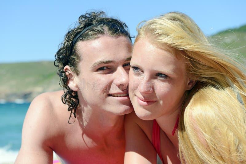Pares novos na praia imagens de stock royalty free