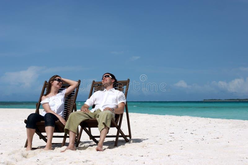 Pares novos na praia imagens de stock