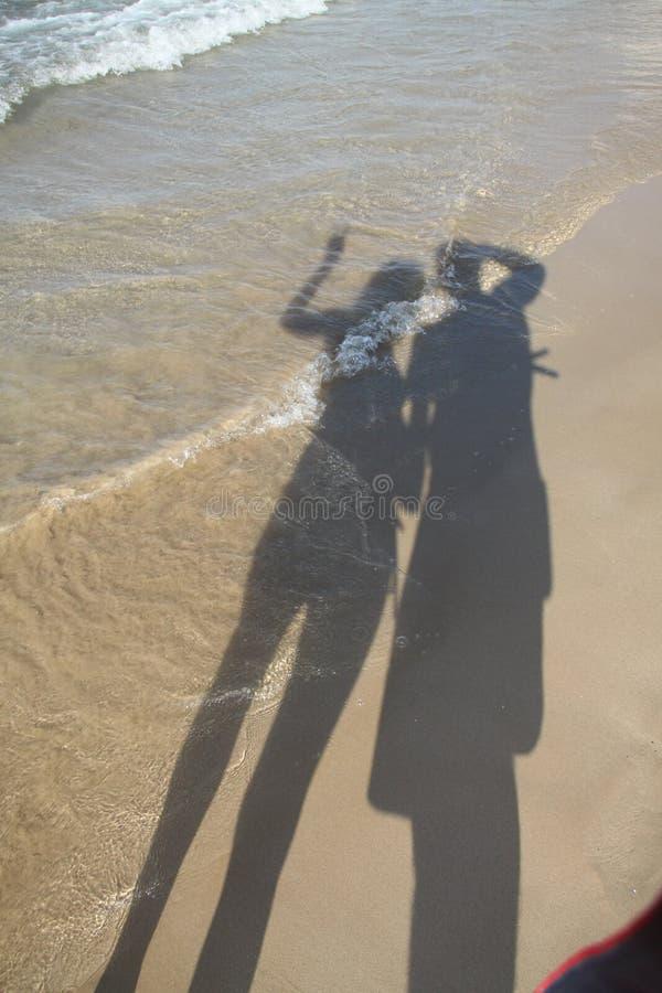 Pares novos na praia fotografia de stock