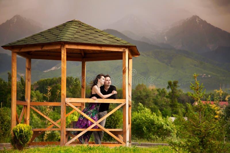 Pares novos nas montanhas fotografia de stock royalty free