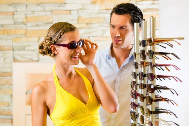 Pares novos no ótico com vidros imagens de stock royalty free