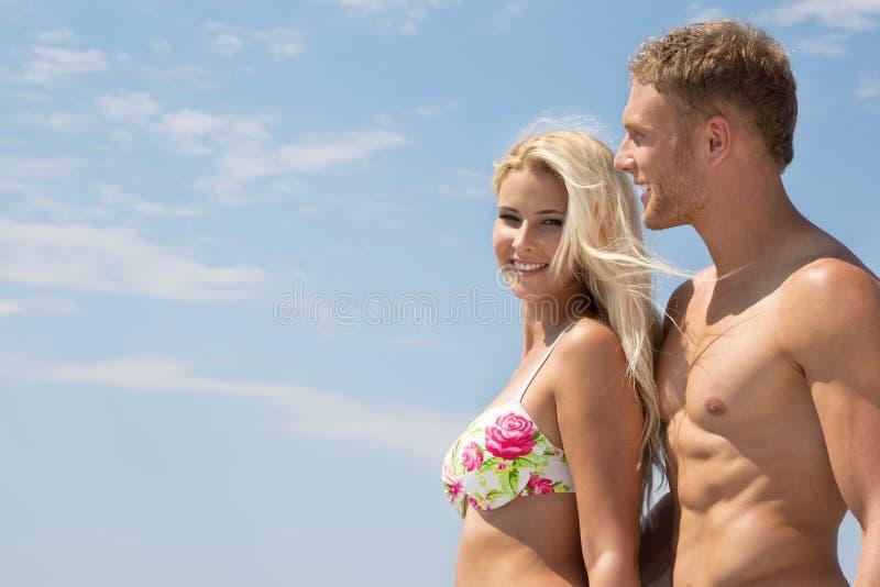 Pares novos no amor em férias de verão no mar - feliz. fotografia de stock