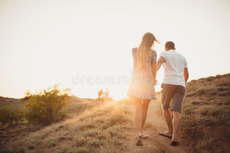 Pares novos no amor, em um homem atrativo e na mulher fotografia de stock royalty free
