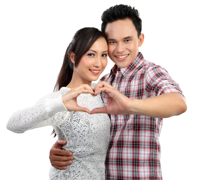 Pares novos no amor que mostra o coração com dedos foto de stock royalty free