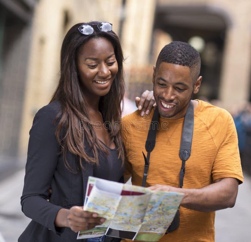 Pares novos no feriado com um mapa foto de stock royalty free