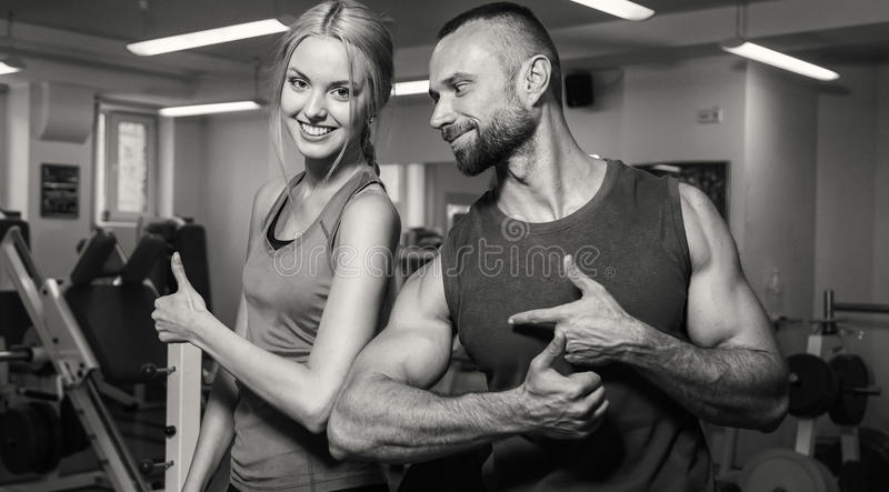 Pares novos no gym imagens de stock royalty free