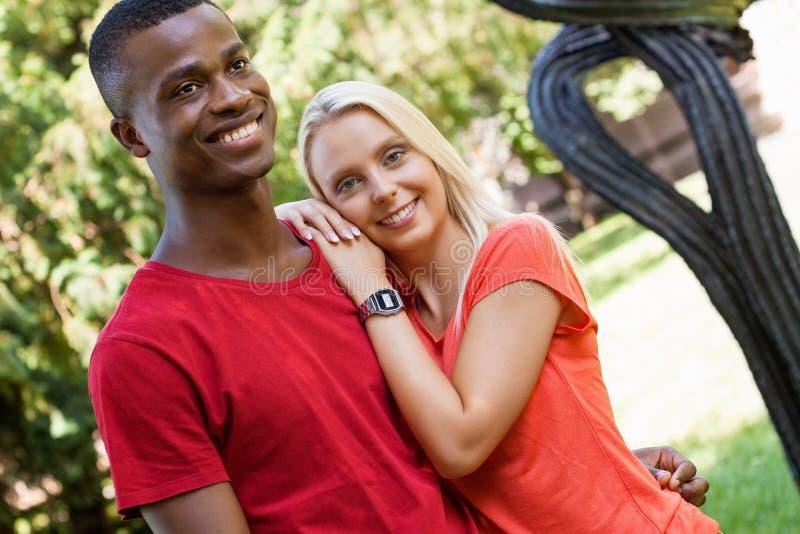 Pares novos no romance da felicidade do divertimento do verão do amor fotografia de stock royalty free