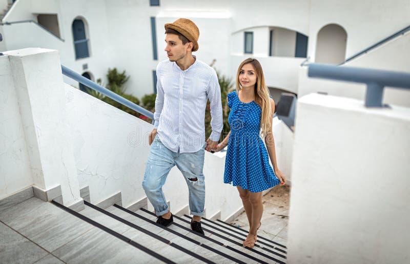 Pares novos no santorini greece das férias de verão do noivo e da amiga do amor exterior imagens de stock