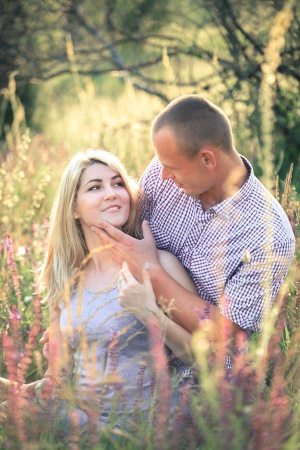 Pares novos no verão na natureza O conceito dos relacionamentos, do amor e do abrandamento foto de stock royalty free