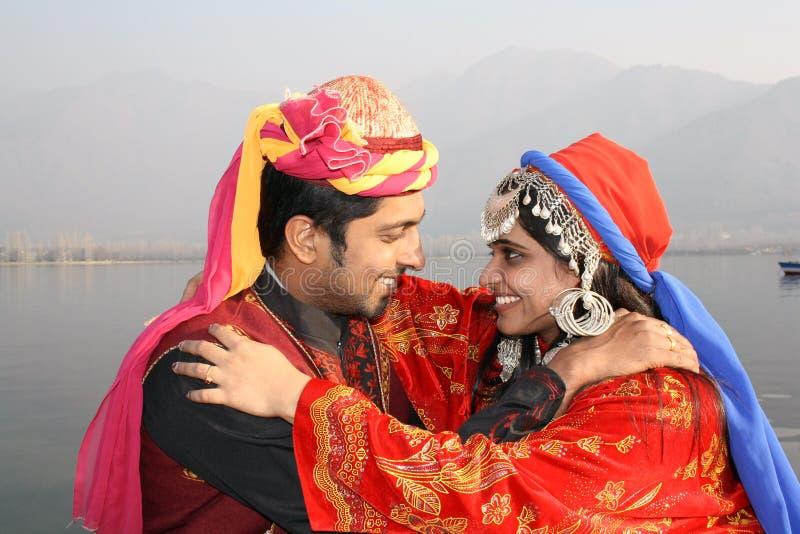 Pares novos no vestido indiano tradicional fotos de stock