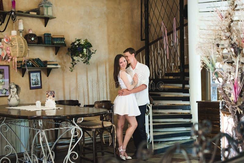Pares novos que abraçam em um café fotografia de stock royalty free