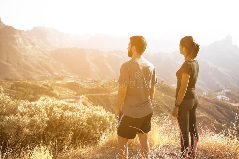 Pares novos que admiram o Mountain View fotografia de stock royalty free