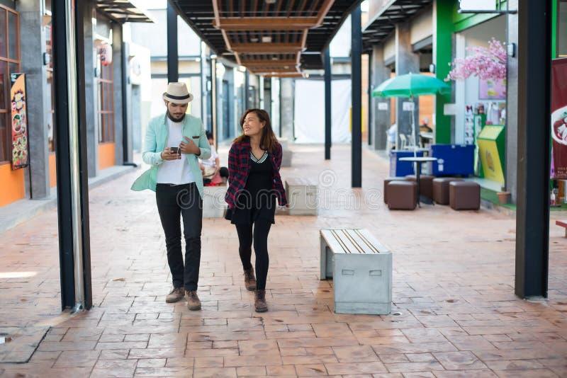 Pares novos que andam junto na rua urbana Pares no amor co imagem de stock royalty free