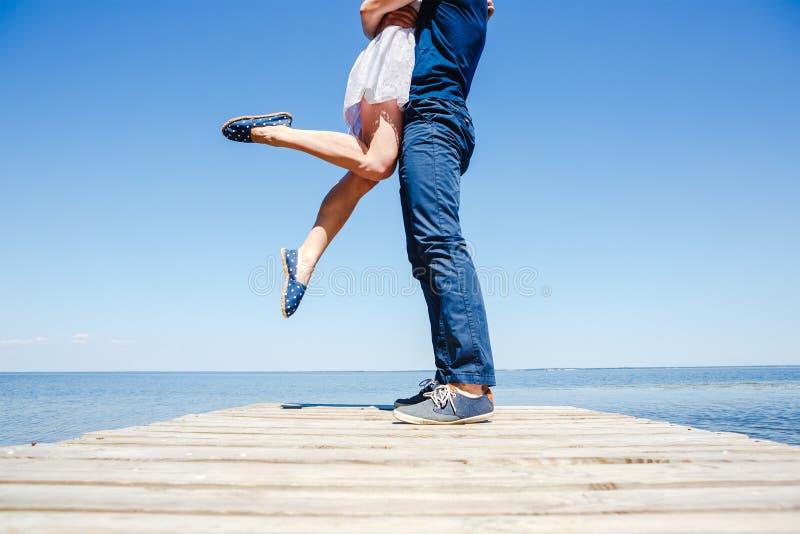 Pares novos que beijam na praia fotografia de stock