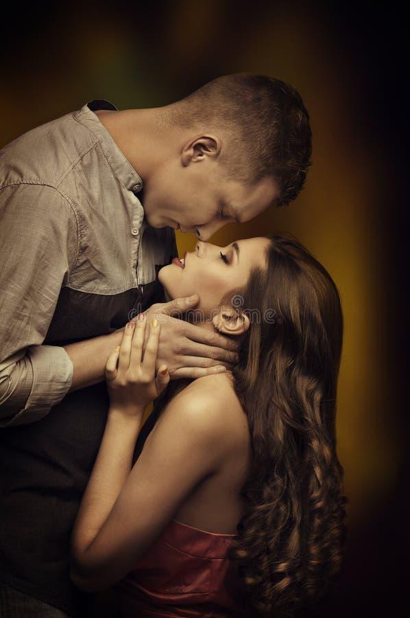 Pares novos que beijam no amor, amantes do homem da mulher, desejo da paixão foto de stock