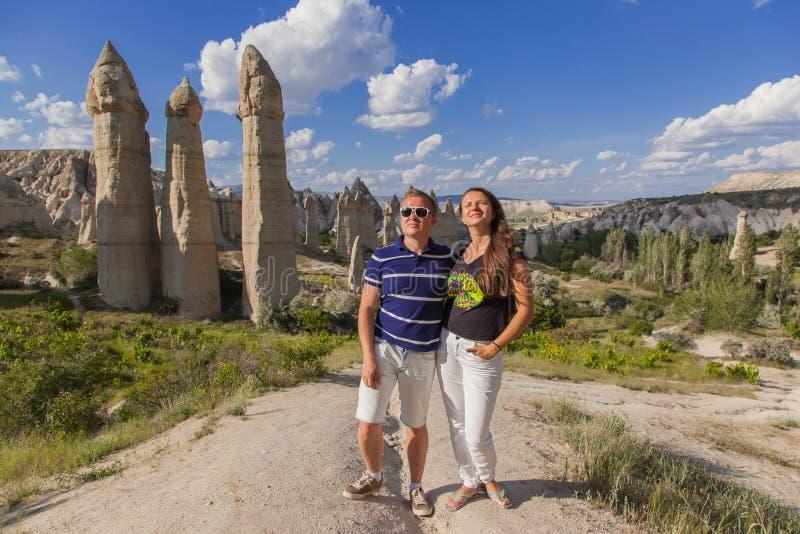 Pares novos que caminham no vale em Cappadocia fotos de stock