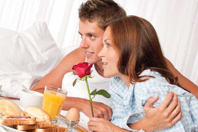 Pares novos que comem o pequeno almoço do hotel de luxo foto de stock
