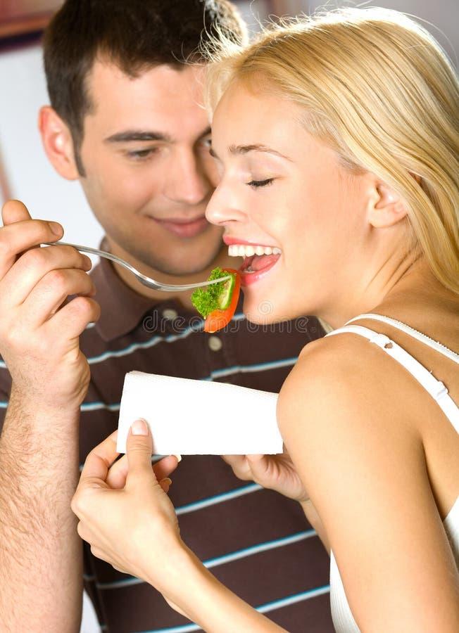 Pares novos que comem o vegetal fotos de stock