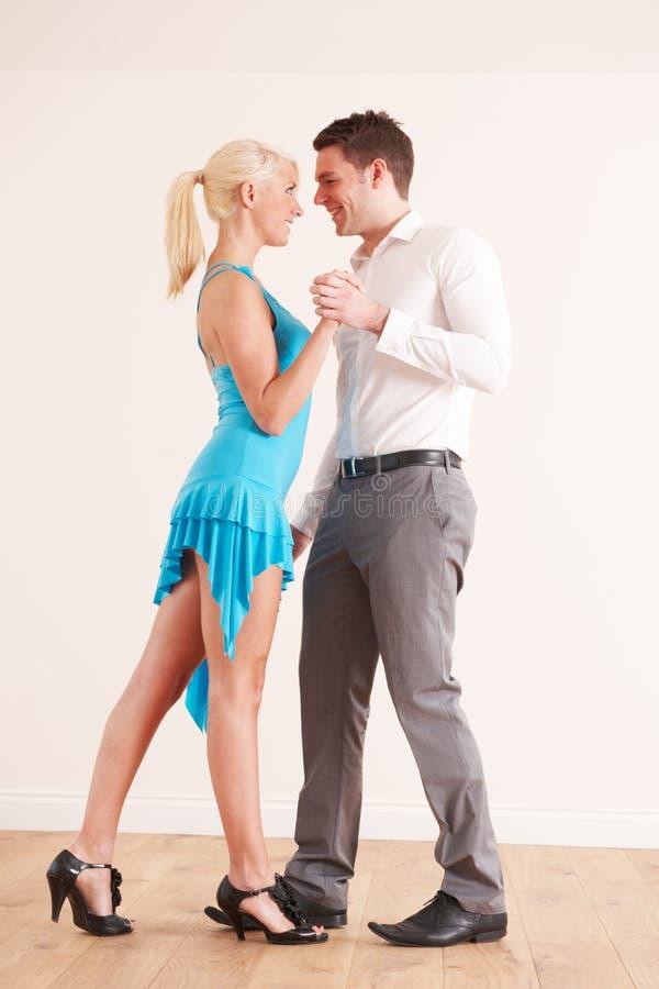 Pares novos que dançam junto fotografia de stock