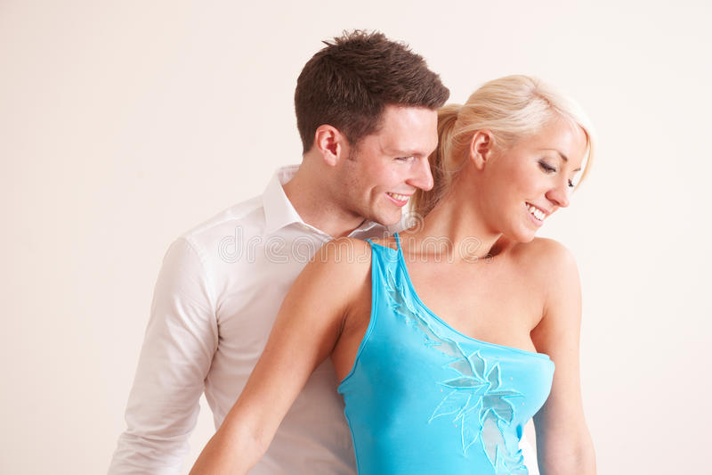 Pares novos que dançam junto imagem de stock royalty free