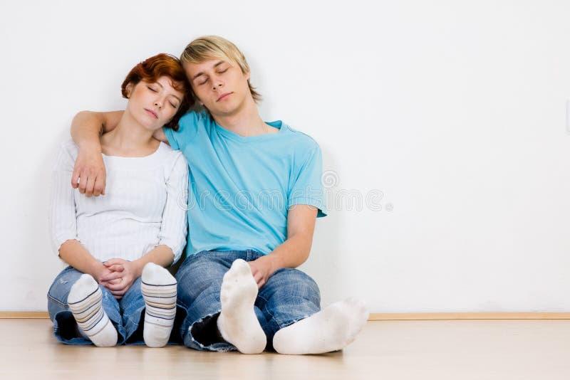 Pares novos que dormem dentro fotografia de stock