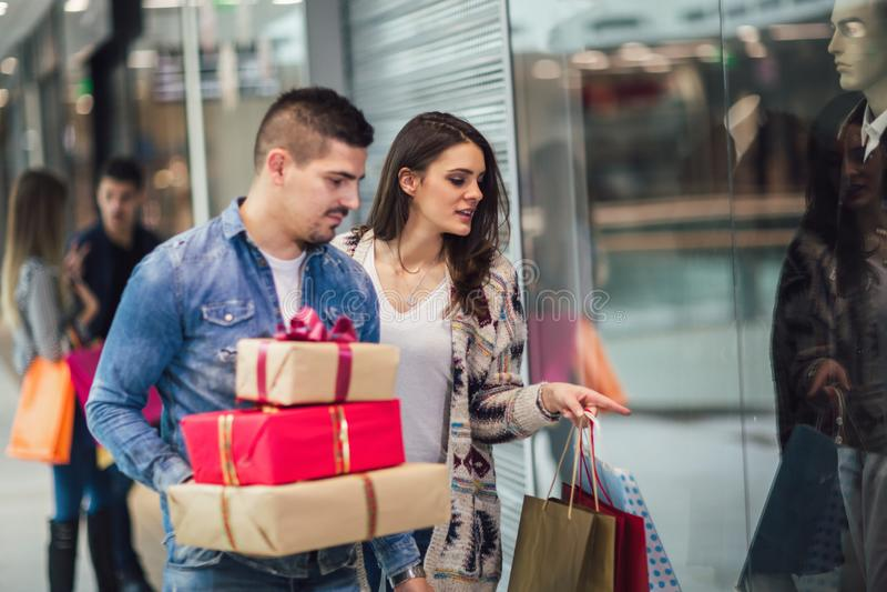 Pares novos que fazem a compra do Natal fotos de stock royalty free