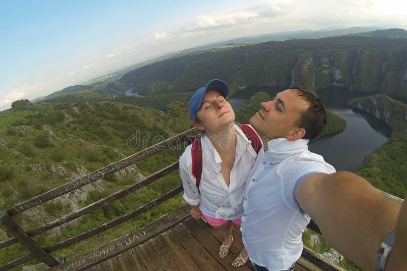 Pares novos que fazem a foto do selfie no ponto de vista Parte superior do monte e do panorama da garganta Uvac na S?rvia fotos de stock