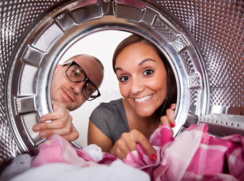Pares novos que fazem a lavanderia foto de stock royalty free