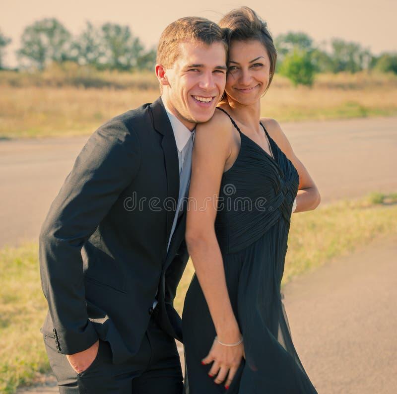 Pares novos que flertam fora fotografia de stock