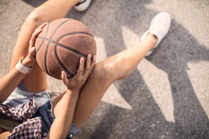 Pares novos que jogam o basquetebol em uma corte de vista urbana do asfalto imagens de stock