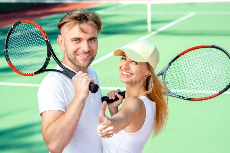Pares novos que jogam o tênis imagens de stock royalty free