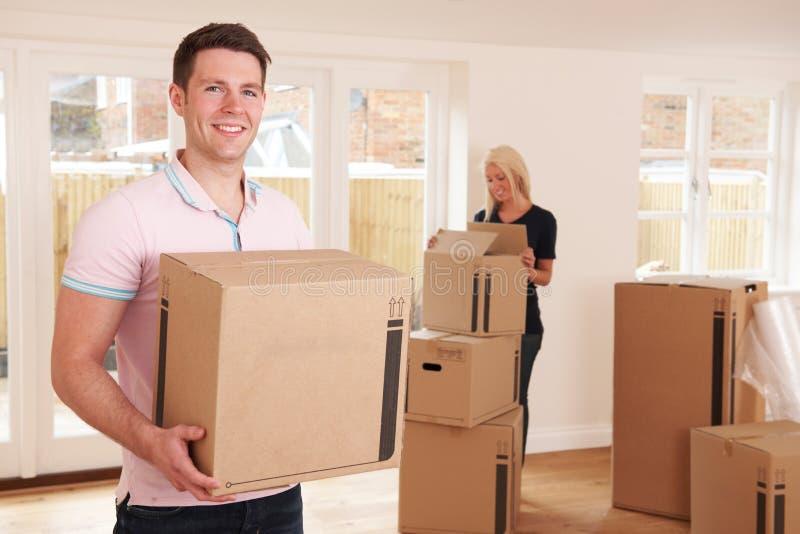 Pares novos que movem-se na HOME nova fotografia de stock