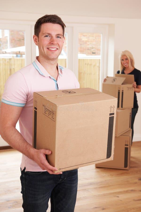Pares novos que movem-se na HOME nova imagem de stock