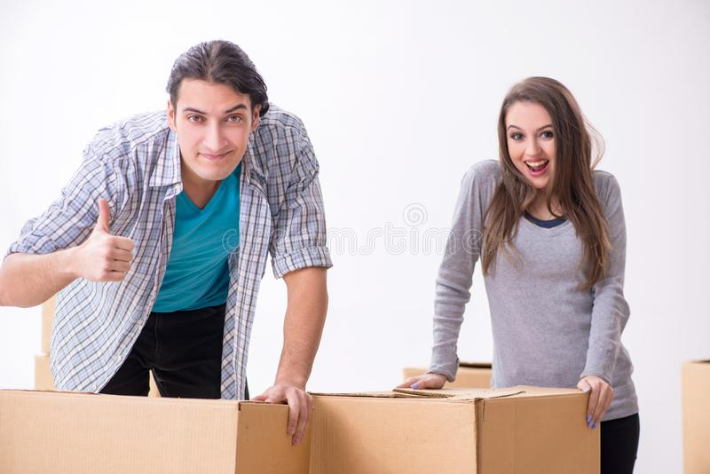 Pares novos que movem-se para o plano novo fotos de stock