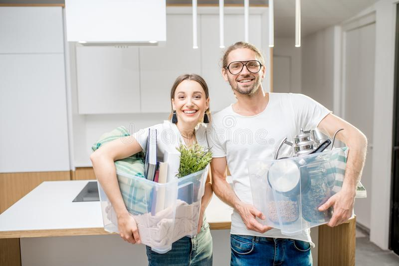 Pares novos que movem-se para uma casa moderna nova fotos de stock royalty free