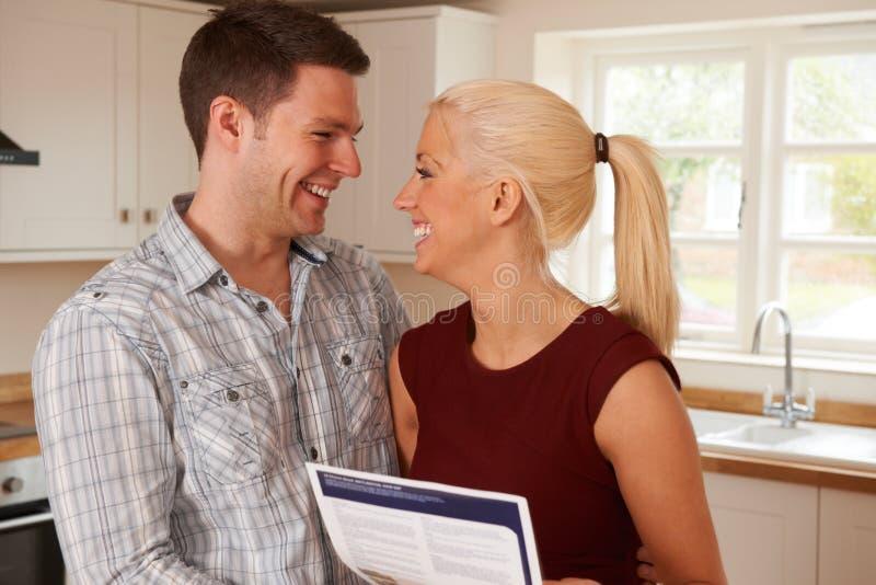 Pares novos que olham detalhes para a casa nova imagens de stock royalty free