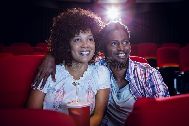 Pares novos que olham um filme imagens de stock royalty free