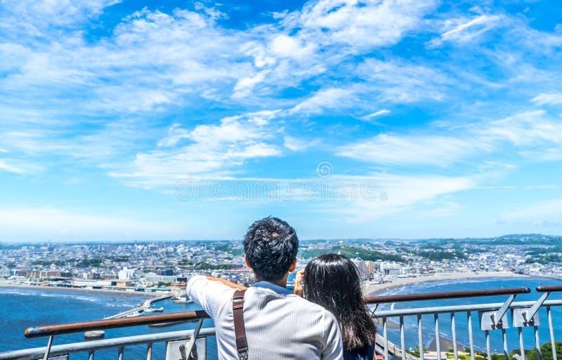 Pares novos que olham a vista do enoshima foto de stock royalty free