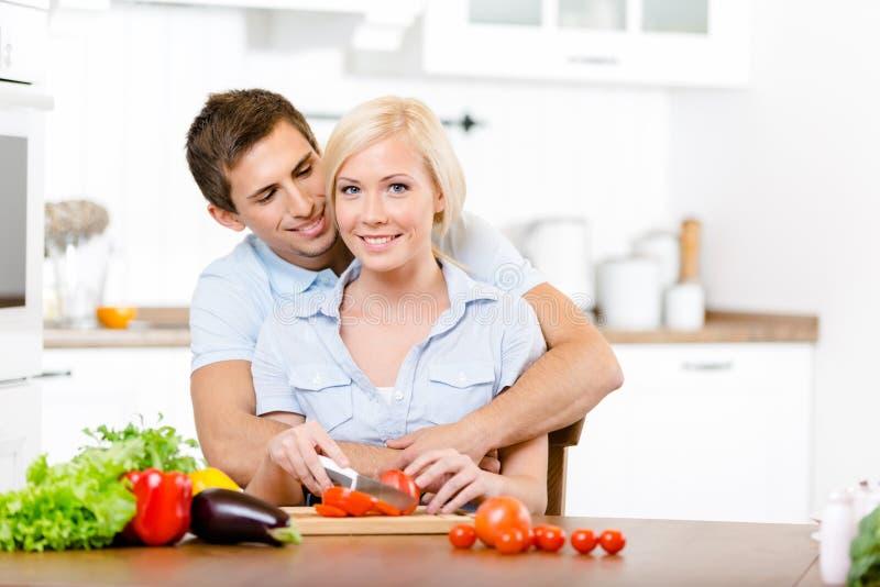 Pares novos que preparam o café da manhã junto fotos de stock