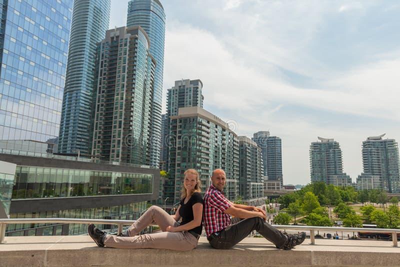 Pares novos que sentam-se em uma ponte em Toronto foto de stock royalty free