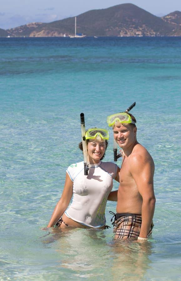 Pares novos que snorkeling foto de stock