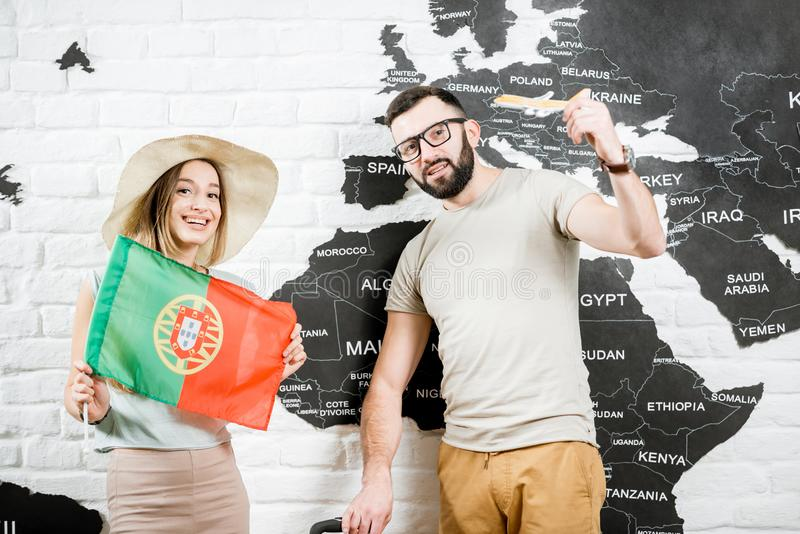 Pares novos que sonham sobre uma viagem a Portugal foto de stock royalty free