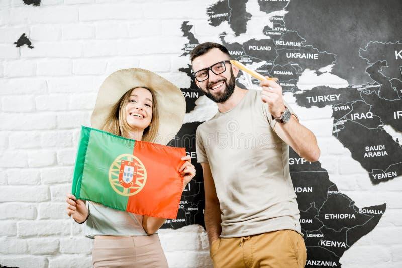 Pares novos que sonham sobre uma viagem a Portugal imagem de stock royalty free