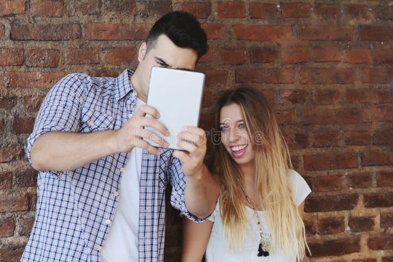 Pares novos que tomam o selfie fotos de stock royalty free