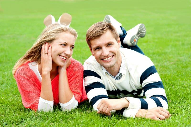 Pares novos românticos ao ar livre no parque fotografia de stock