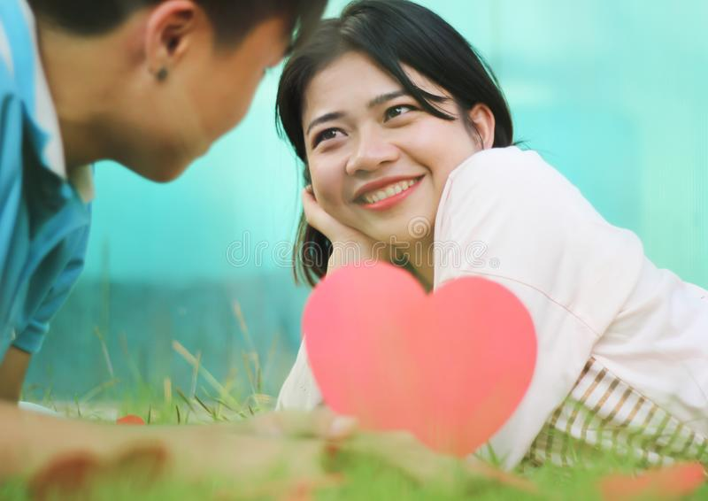 Pares novos românticos no amor foto de stock