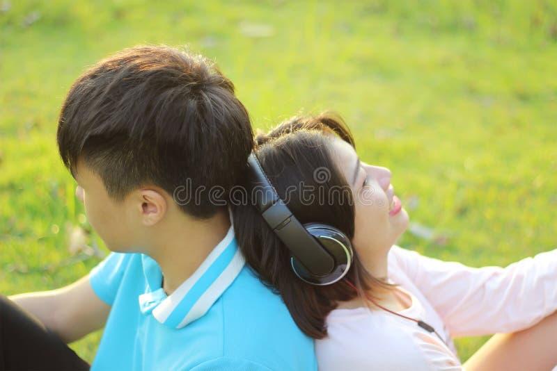 Pares novos românticos no amor imagens de stock