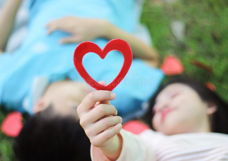 Pares novos românticos no amor imagens de stock royalty free