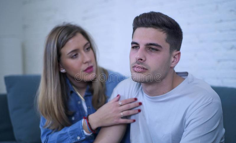 Pares novos 20s com o homem triste e coração quebrado deprimido e amiga de sofrimento da dor talvez que dão a seu noivo a ajuda d fotos de stock