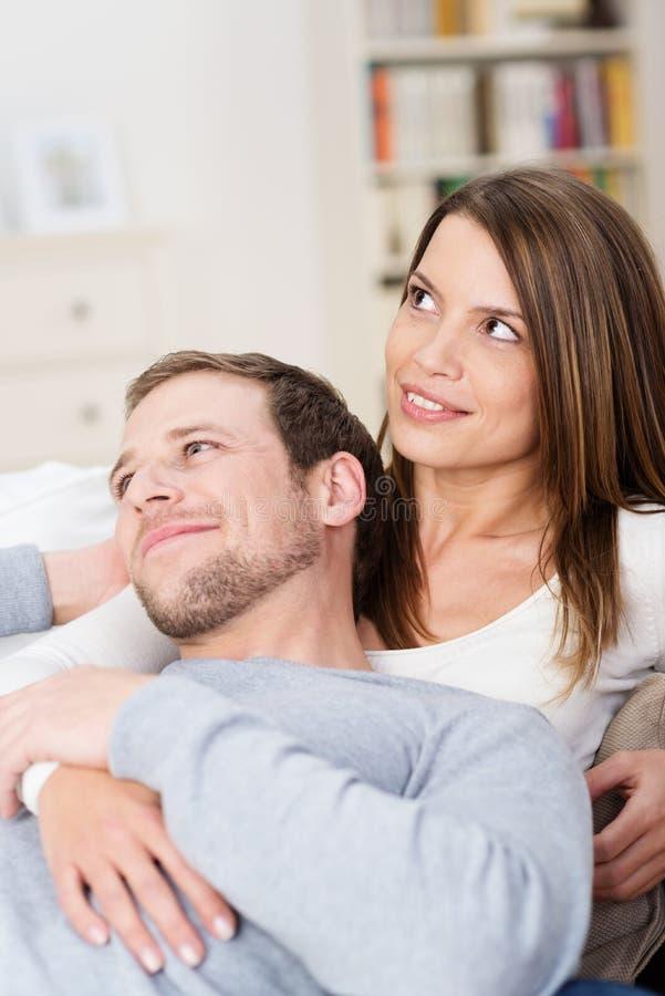 Pares novos satisfeitos que relaxam junto foto de stock royalty free